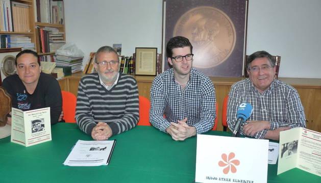 Larraitz Trinkado, Koldo Viñuales, Pablo Ezkurra y Ricardo Gómez de Segura, durante la presentación del premio.