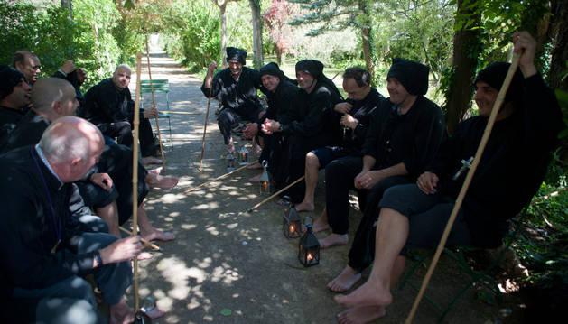 La espera de el Huerto del Hermano de los miembros de la Hermandad de los Apóstoles de Olite.