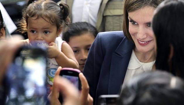 La Reina Letizia visita una escuela en El Salvador