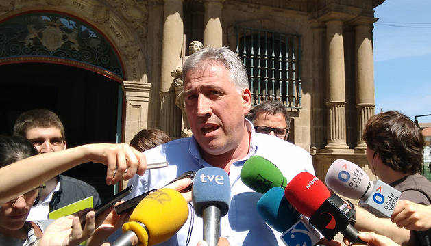 El candidato a la Alcaldía de Pamplona por EH Bildu, Joseba Asiron, atiende a los medios.