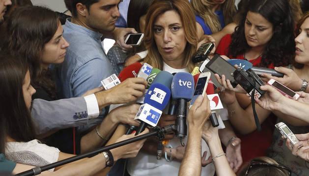 Susana Díaz atiende a los medios tras finalizar la reunión con Pedro Sánchez.