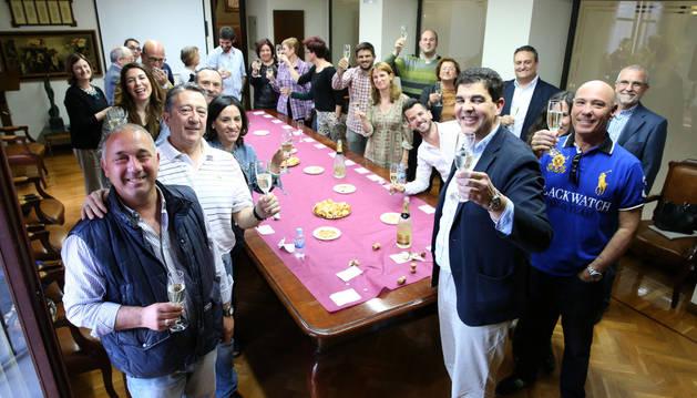 Tras el último pleno ordinario de la actual legislatura, los concejales que han integrado la corporación municipal de Tudela se reunieron en el consistorio para degustar un aperitivo y brindar con cava.