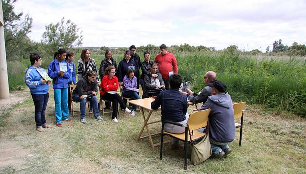 Miembros de Tasubinsa escuchan a monitores de Gurelur.