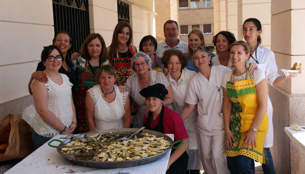 Las trabajadoras de la residencia, cocineras de la menestra, junto al guiso.