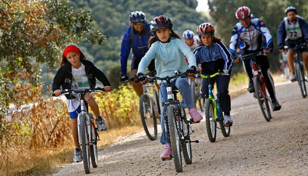 Un grupo familiar transita por la Vía Verde en una de las jornadas dedicada a este tema que anualmente organiza Teder.