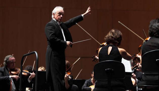 El director de la OSN, Antoni Wit, durante un concierto.
