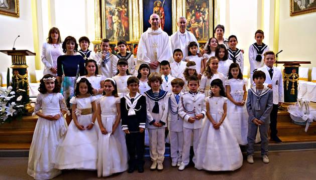 Los niños y niñas de Cortes que celebraron su Primera Comunión posaron en el altar de la iglesia.