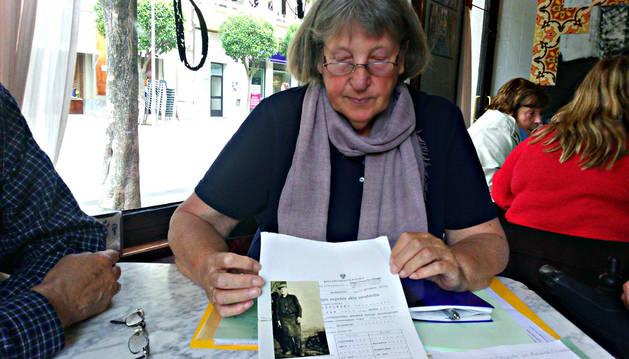 Ursula Rohwer muestra una imagen de su padre en un bar local.