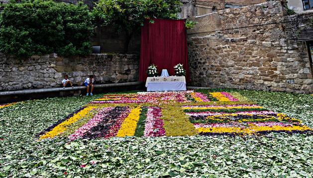 Imagen de archivo de la alfombra floral a los pies de San Pedro.