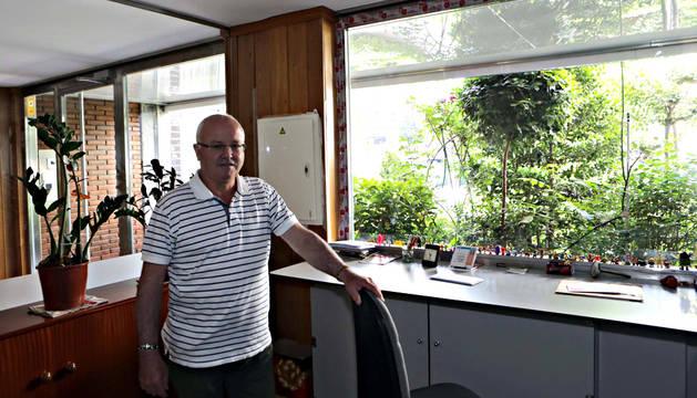 Tasio Moreno Induráin, junto al portal del edificio donde es portero.