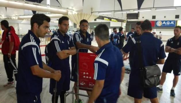 Los jugadores del Recreativo, antes de tomar el avión.