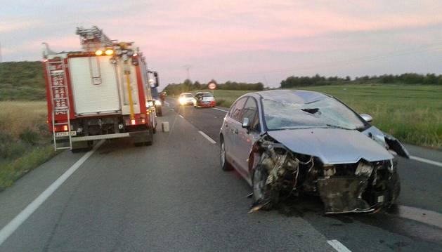 El vehículo accidentado en Larraga.