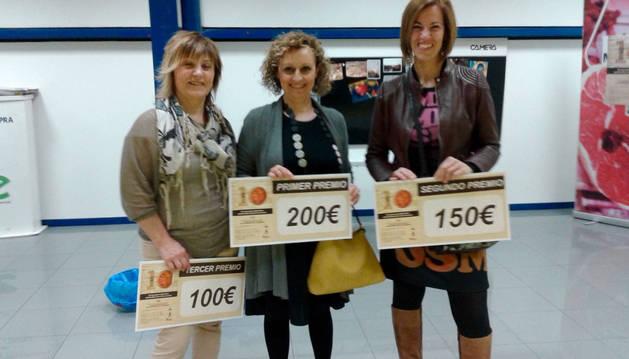 Itziar Egozkue, Nieves Olagüe e Itziar Uranga con sus cheques.