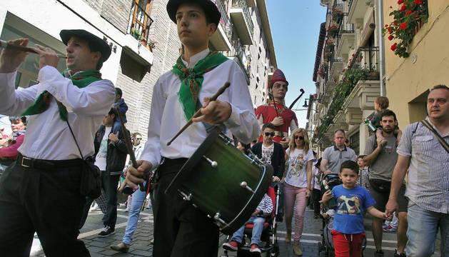 Miles de niños y adultos acompañaron a los gigantes y kilikis del Casco Viejo en su recorrido.
