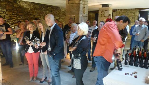 El público participante en la Musicata, se reunió en la bodega de Artazu.
