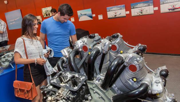 Una pareja observa uno de los grandes motores de avión expuestos en el Planetario.
