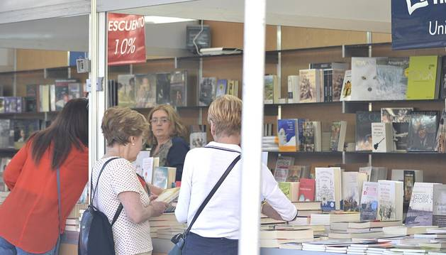 Lectores y libreros, en la plaza del Castillo.