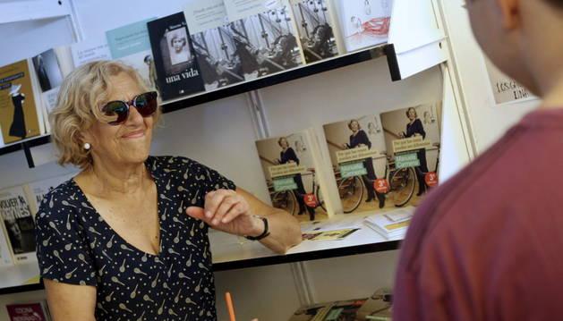 Carmena, durante la firma de ejemplares.