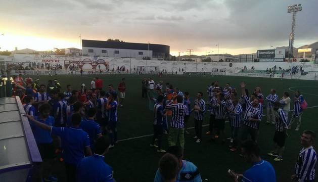 Jugadores y aficionados del Izarra celebran la clasificación.