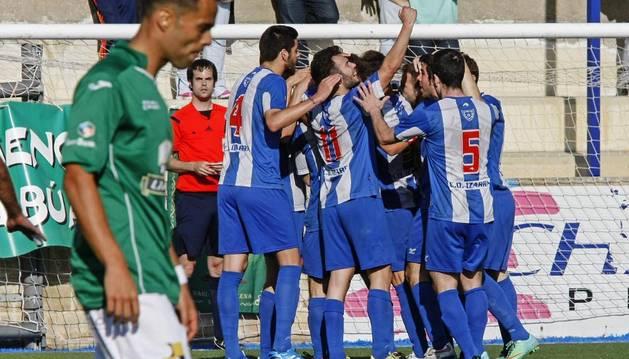 Los jugadores del Izarra celebran un gol.