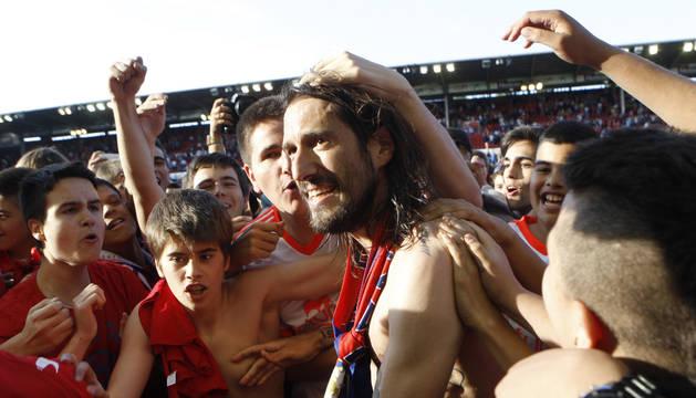 Vujadinovic, abrazado por la afición en El Sadar.