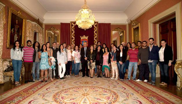 Los estudiantes, junto a Enrique Maya.