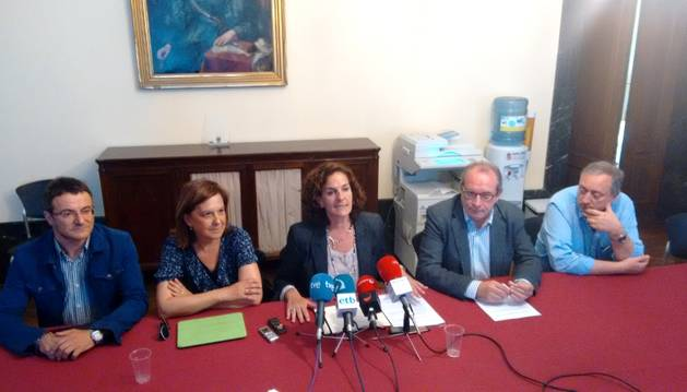 Miembros de Geroa Bai, con Itziar Gómez en el centro, tras la reunión con EH Bildu.