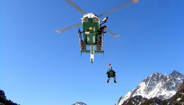 Imagen de un entrenamientos en Benasque (Huesca) de la la Unidad de Helicópteros (UHEL) de la Guardia Civil.