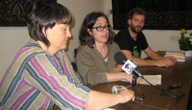 De izquierda a derecha, la alcaldesa, Garbiñe Elizegi; la técnica de Igualdad en el Ayuntamiento de Baztan, Jaoine Iraola; y el teniente de alcalde, Mikel Ortega.