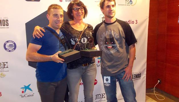 De izda. a dcha., Iosu Jiménez, Alicia López y Pablo Gómara. Recibieron ex-aequo el premio al mejor cortometraje local de esta edición del festival.