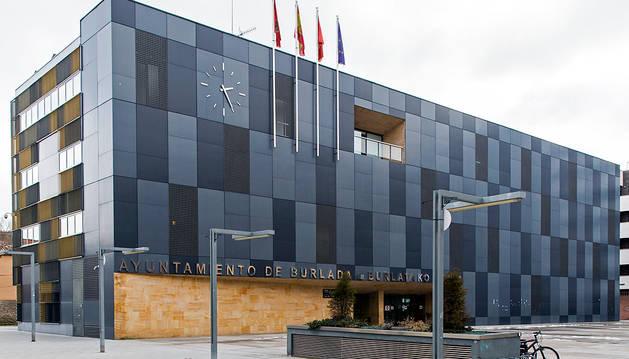 Fachada principal del ayuntamiento de Burlada.