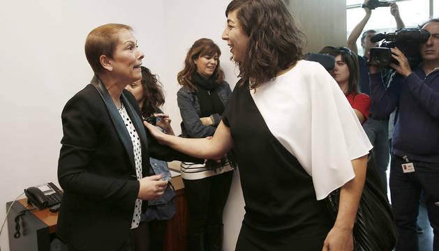 Uxue Barkos, junto a Laura Pérez.