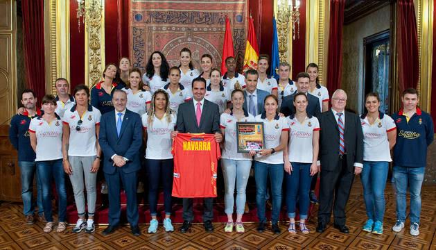 El consejero Alli junto con las jugadoras y otras autoridades.