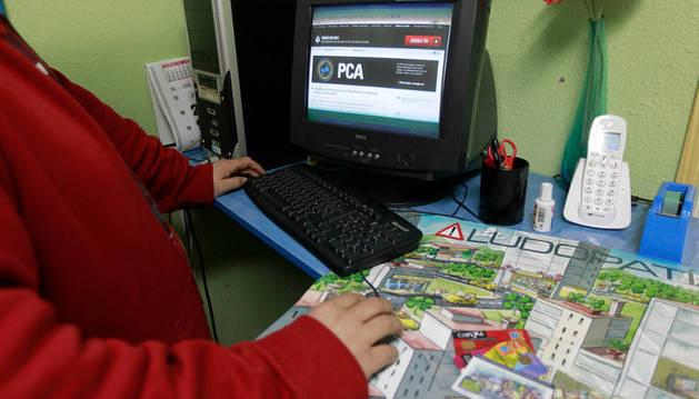 Una persona juega en internet.