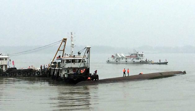 Más de 400 desaparecidos tras hundirse un barco en  el río Yangtsé