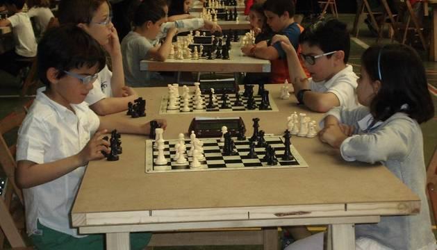 Participantes en el torneo, durante una de las partidas en el frontón Lizarra de Estella.