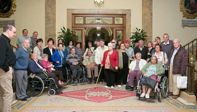 Varios de los residentes en el Ayuntamiento de Pamplona.