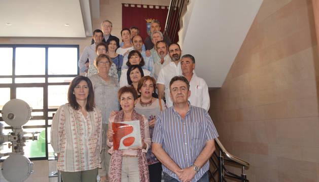 Los donantes homenajeados con el presidente y la secretaria de la asociación, la alcaldesa, María José Verano, y el delegado local, Javier Verano, durante el acto celebrado el pasado sábado.
