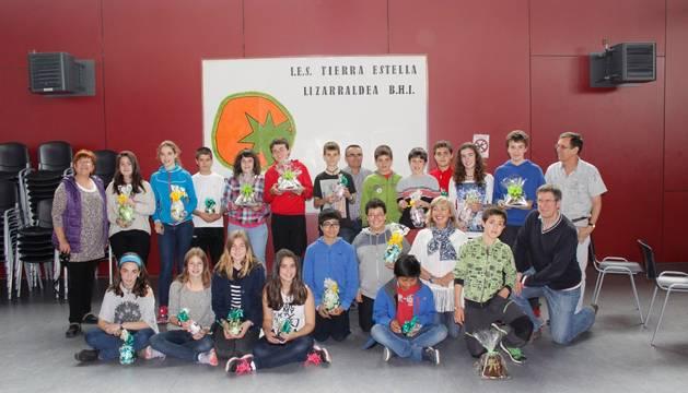 Los participantes en el concurso, profesores y el presentador. Los alumnos lucen el obsequio del concurso, un número 'pi' en chocolate.