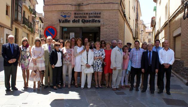 Asistentes a la celebración del 25 aniversario posaron juntos ante la sede de la mancomunidad.