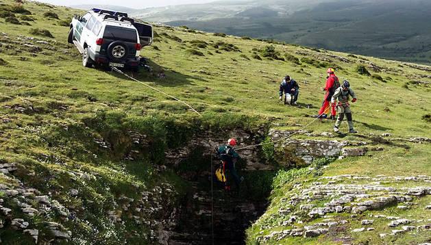 Los agentes desplazados hasta la entrada a la sima de Andía, a la que no se puede acceder sin rapelar.