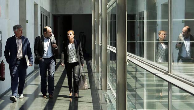 Koldo Martínez, Manu Ayerdi y Uxue Barkos, el pasado lunes en uno de los pasillos del Parlamento.