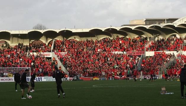 La grada del estadio Chaban-Delmas, de Burdeos, copada por seguidores de Osasuna.