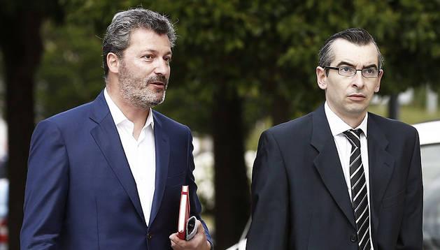 Santiago Cervera llega a la Audiencia con su abogado.