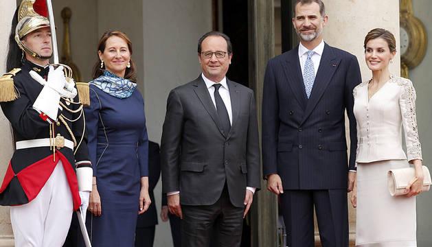 El protocolo vuelve a convertir en pareja a Hollande y Royal
