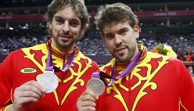 Los hermanos Gasol, con la plata olímpica de Londres.