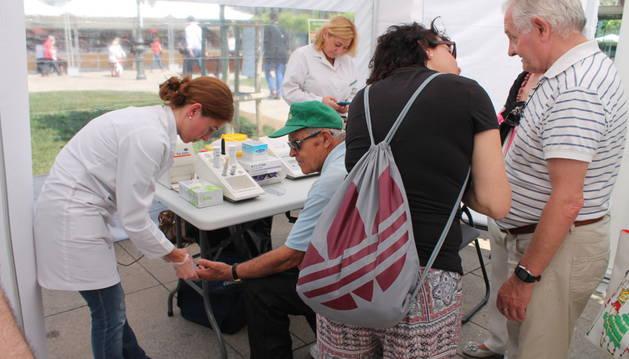 Carpa informativa sobre trasplantes y donaciones de órganos en la plaza del Castillo.