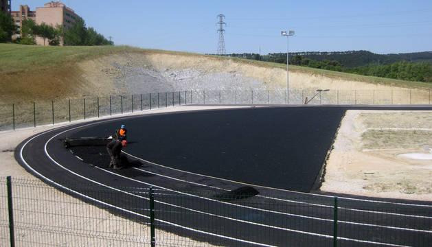 Comienza la colocación del suelo técnico en las pistas de atletismo