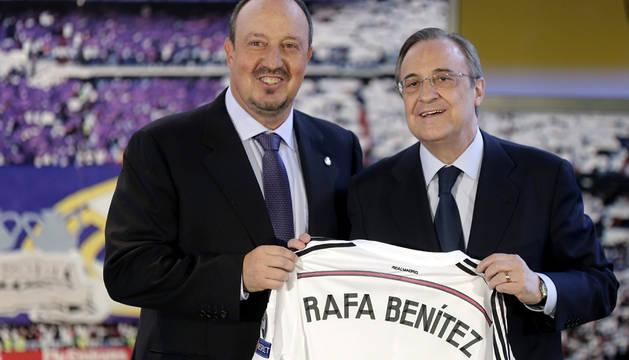 Benítez, junto a Florentino Pérez, en el palco del Bernabéu.