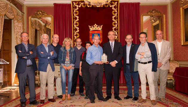 Recepción del alcalde a representantes del Real Aeroclub de Navarra.